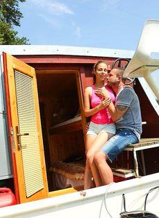 Приятно заниматься сексом с молодой  грудастой девушкой на яхте - фото #2