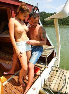 Приятно заниматься сексом с молодой  грудастой девушкой на яхте - фото #4