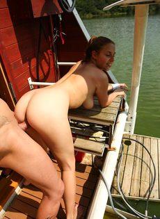 Приятно заниматься сексом с молодой  грудастой девушкой на яхте - фото #15