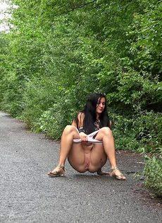 Татуированная Мириам садится на корточки что бы поссать во время прогулки - фото #2