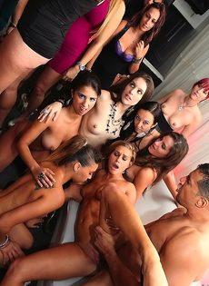 Обнаженные красавицы накинулись на половой член знакомого чувака - фото #6