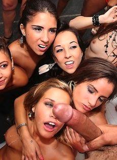 Обнаженные красавицы накинулись на половой член знакомого чувака - фото #15