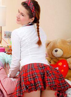 Молоденькая студентка разрабатывает тугой анал секс игрушкой - фото #4