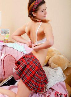 Молоденькая студентка разрабатывает тугой анал секс игрушкой - фото #7