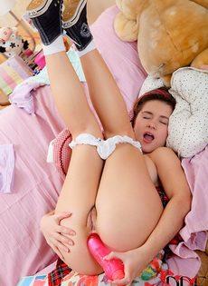 Молоденькая студентка разрабатывает тугой анал секс игрушкой - фото #11