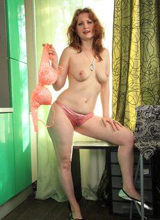 Рыжеволосая потаскуха решила попозировать без одежды - фото #7