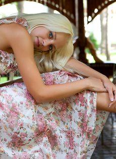 Девушка снимает платье, чтобы намочить стройное молодое тело в фонтане - фото #1
