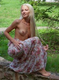 Девушка снимает платье, чтобы намочить стройное молодое тело в фонтане - фото #6