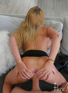 Зрелая женщина с большими сиськами трахается в задницу и ест сперму - фото #5