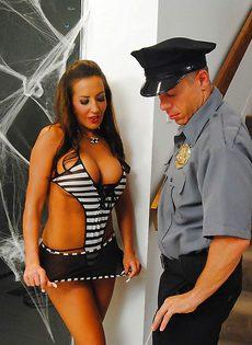 Американский полицейский вагинально наказал провинившуюся гостью вечеринки - фото #1