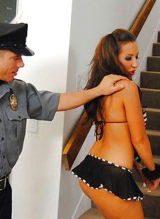 Американский полицейский вагинально наказал провинившуюся гостью вечеринки - фото #2