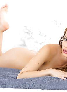 Голенькая красавица очень умело позирует для журнала - фото #10