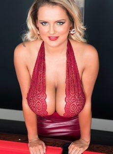 Шикарная блондинка с большими дойками играет в бильярд - фото #1