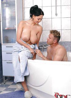Сексуальные развлечения с большегрудой потаскушкой в ванной - фото #1