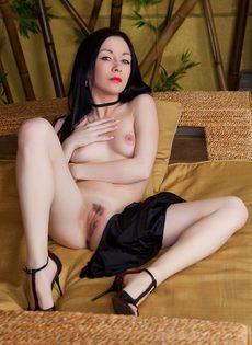 Удобно лежит и демонстрирует красивые ухоженные дырочки - фото #7