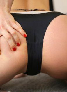 Милашка в черных трусиках демонстрирует маленькую грудь - фото #12