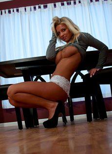 Обворожительная блондинка в красивых трусиках белого цвета - фото #13