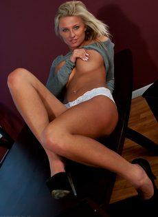 Обворожительная блондинка в красивых трусиках белого цвета - фото #15
