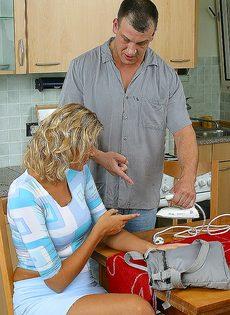 Завалил жене в рот на кухне и кончил на лицо и грудь - фото #4