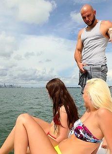 Две откровенные девушки присосались к крепкому половому члену - фото #2