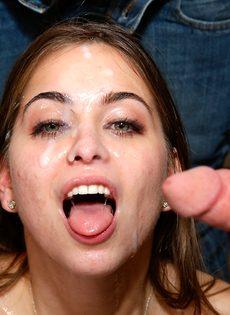 Миниатюрная потаскушка получает сперму на довольное лицо - фото #14