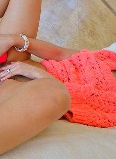 Каблук в пизде у красивой блондинки - фото #13
