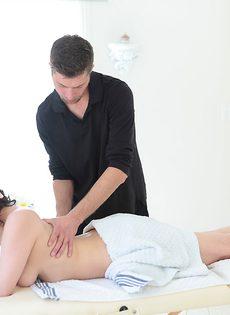 Женственная и любвеобильная девушка занимается анальным сексом - фото #1