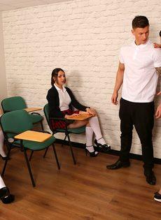 Преподавательница учит молодых студенток правильно обращаться с членом - фото #2