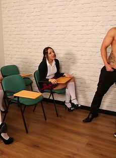 Преподавательница учит молодых студенток правильно обращаться с членом - фото #3