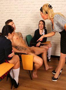 Преподавательница учит молодых студенток правильно обращаться с членом - фото #8