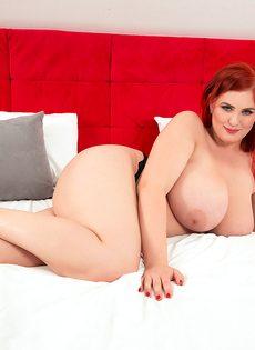 Рыжеволосая пышка Alexsis Faye мнет огромные натуральные сиськи - фото #16