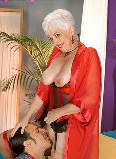 Старая блондинка в телесных чулках налезла на член любовника - фото #2