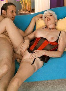 Старая блондинка в телесных чулках налезла на член любовника - фото #4