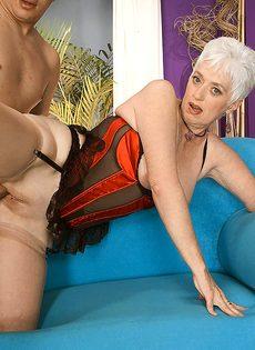 Старая блондинка в телесных чулках налезла на член любовника - фото #10