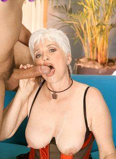 Старая блондинка в телесных чулках налезла на член любовника - фото #16