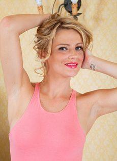 Довольная Ванесса Скотт демонстрирует волосатую пизду из под трусов - фото #7