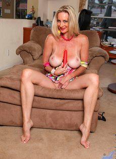 Вагинальная мастурбация от зрелой бабы с использованием секс игрушки - фото #6