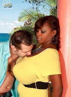 Развлечения европейского мужика и африканской пышногрудой сучки - фото #2