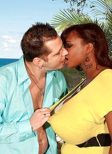Развлечения европейского мужика и африканской пышногрудой сучки - фото #4
