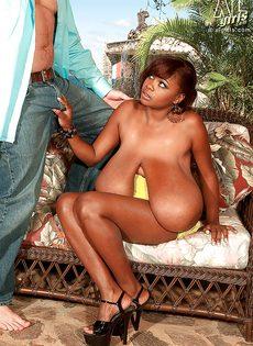 Развлечения европейского мужика и африканской пышногрудой сучки - фото #11