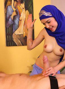 Арабская девушка с улыбкой на лицо ласкает пенис ручками - фото #8