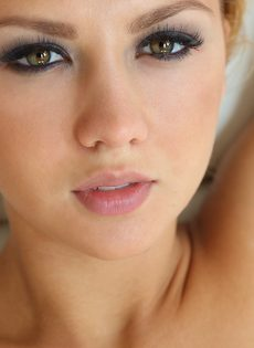 Красивая блондинка показывает загорелое голое тело - фото #3