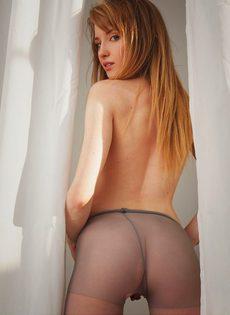 Молодая красотка разрывает колготки, чтобы обнажить бритую розовую писю крупным планом - фото #8