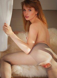 Молодая красотка разрывает колготки, чтобы обнажить бритую розовую писю крупным планом - фото #12