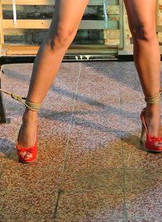 Крепко связанную девушку доводят до оргазма вибратором - фото #9