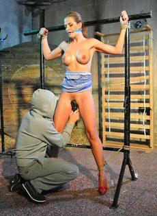 Крепко связанную девушку доводят до оргазма вибратором - фото #13