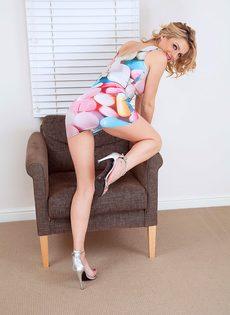 Блондинка в трусиках показала волосатую вагинальную дырку - фото #2