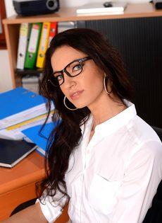 Эффектная и элегантная секретарша позирует на рабочем месте - фото #1