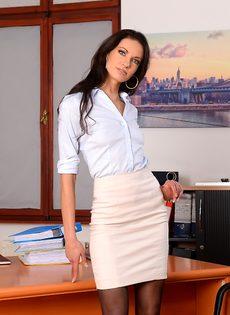 Эффектная и элегантная секретарша позирует на рабочем месте - фото #3