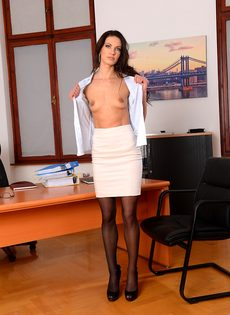 Эффектная и элегантная секретарша позирует на рабочем месте - фото #6